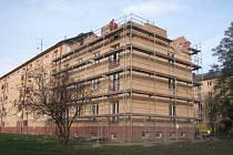 Dostavba domu poškozeného výbuchem plynu.