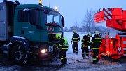 Při úterním hustém sněžení měli komplikace i těžké svozové vozy, v Karviné jednomu z nich po zapadnutí do sněhu pomohli profesionální hasiči.
