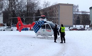 Vrtulník přistál v havířovském dvorku
