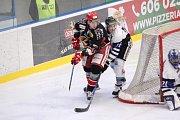 Havířovští hokejisté (v bílém) porazili konkurenta v boji o play off Prostějov.