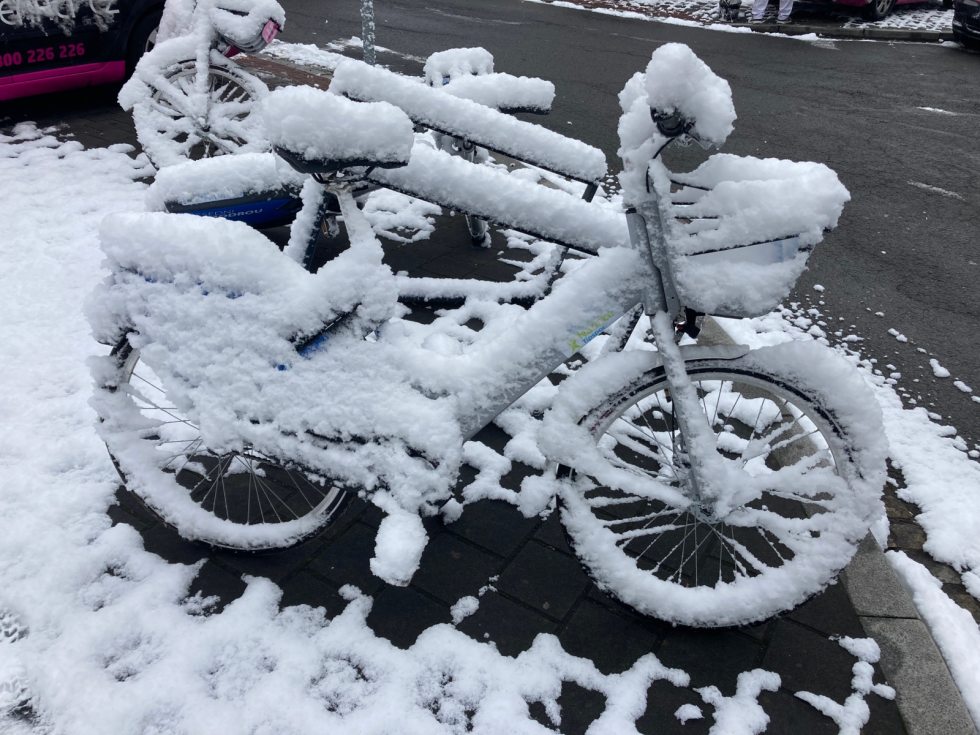 Do Havířova se na jaře vrátila zima. Ulice města, 6. dubna 2021.