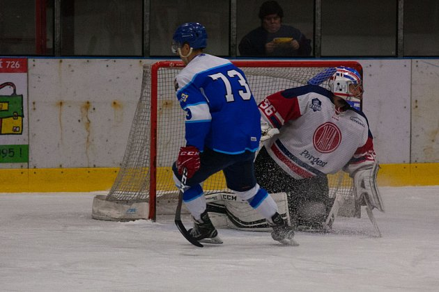Orlovští hokejisté (vmodrém) dotáhli zápas sKopřivnicí do prodloužení.