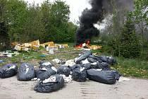 Požár na černé skládce v Karviné-Dolech způsobil ekologickou havárii. Chemikálie, které se v barelech nacházely na skládce, pronikly do půdy.