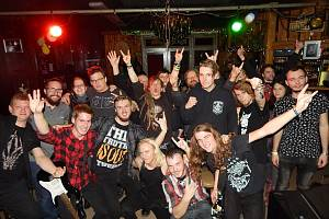 Slovenská kapela Death Sentence požádala v Jazz clubu o společnou fotografii s fanoušky soutěže.