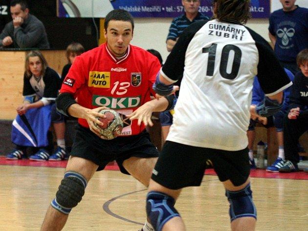 Adam Franek (s míčem) je oporou svého týmu.