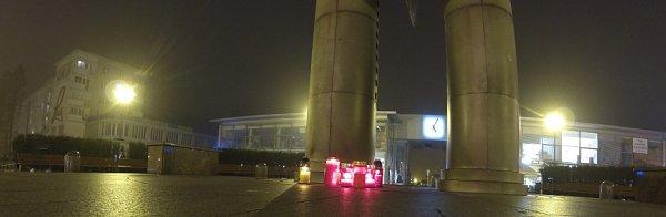 Lidé kpřipomenutí 17.listopadu zapálili svíčky uhavířovského kyvadla.