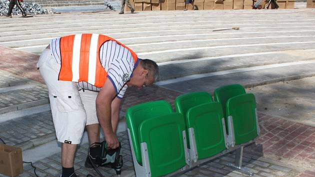 Dokončovací práce v opraveném amfiteátru.