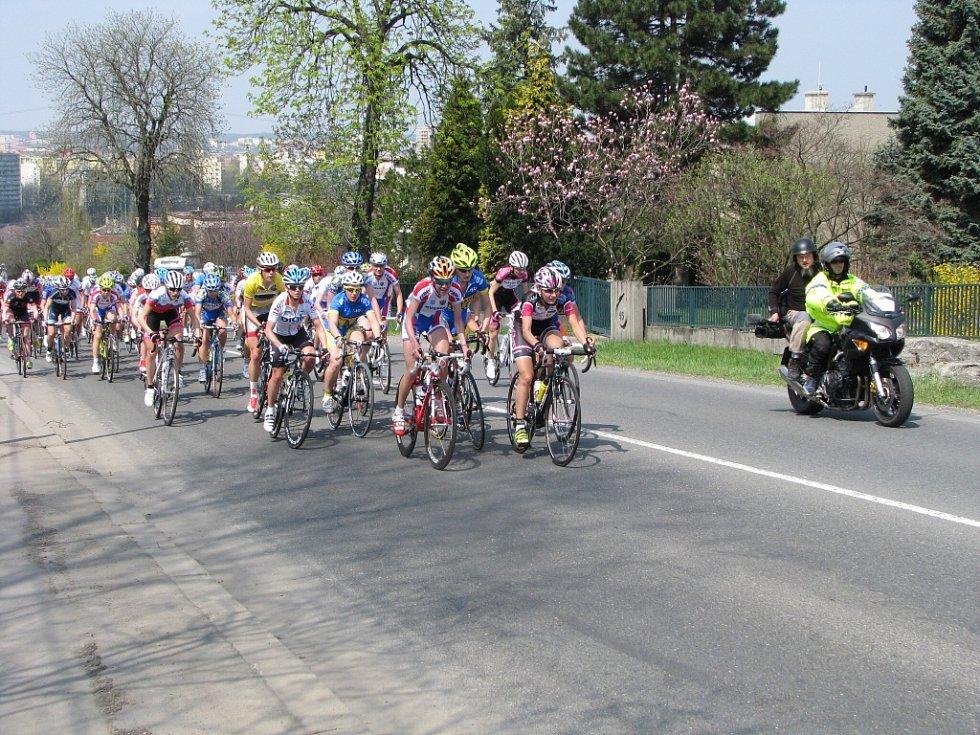 Cyklistky ve stoupání do Bludovického kopce v Havířově.