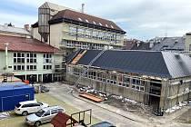 Rekonstrukci polského gymnázia v Českém Těšíně komplikuje stav objektu. Změny už jsou ale na první pohled patrné.