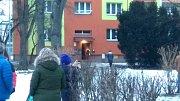 Pilot záchranářského vrtulníku přistál ve dvorku nedaleko domu, kde měli zdravotníci zásah.