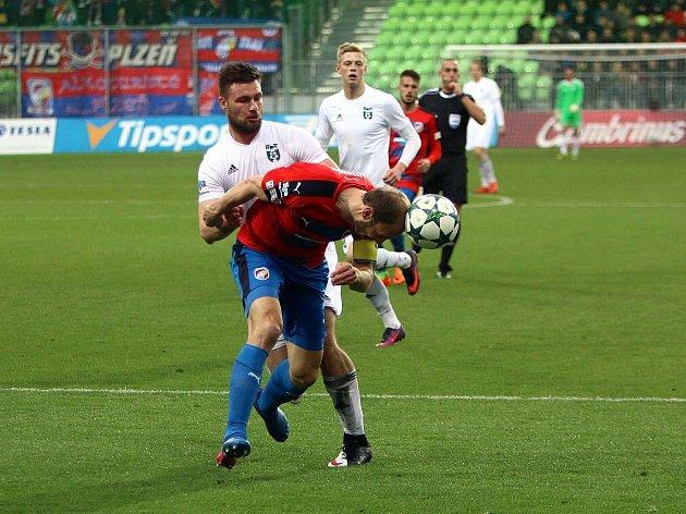 Tomáš Wágner (v bílém) chce odčinit se spoluhráči blamáž z Příbrami.