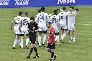 Karvinští fotbalisté se radují z další trefy do sítě Českých Budějovic, zatímco Jihočeši smutní. Ze Slezska odjeli s porážkou 0:3.