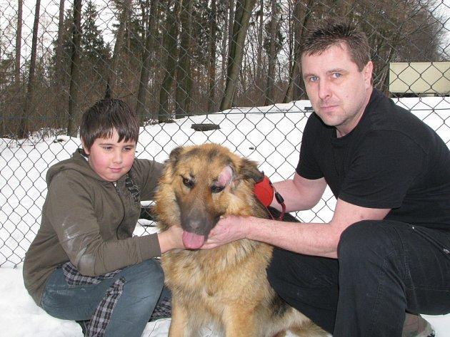Majitel se synem a poraněným Rexem.