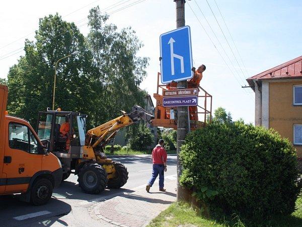 Silničáři instalují dopravní značky na Dělnické ulici vProstřední Suché.