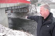 Řeka Lučina v Havířově. Krizový ředitel havířovského magistrátu Jiří Pacák ukazuje, kde budou čidla pro sledování výšky hladiny.