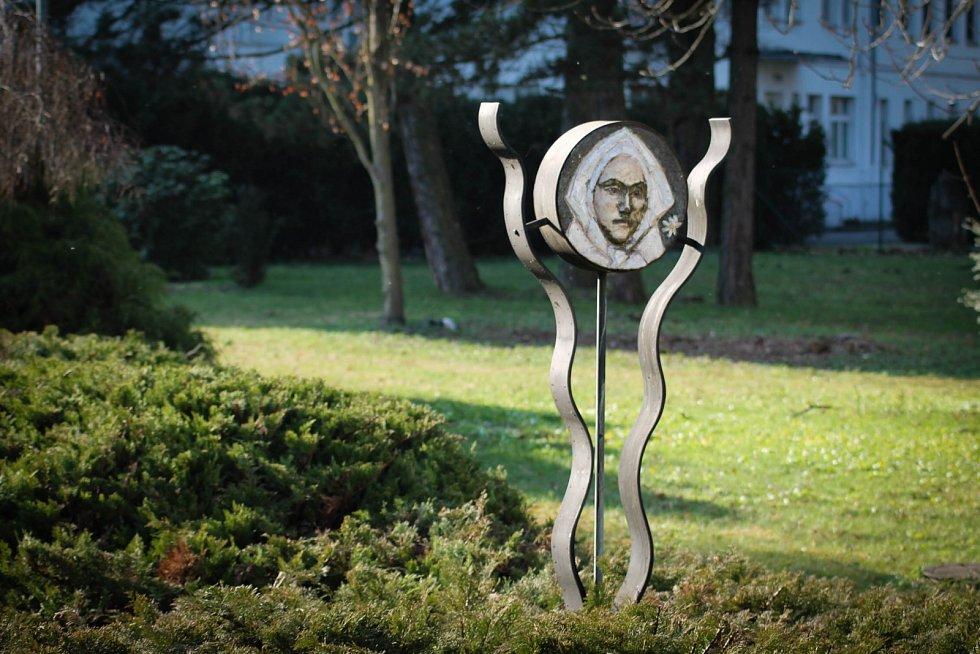 Hádanka č. 3: Keramický poutač autora Otto Ciencaly v lázeňském parku s názvem Maryčka.