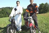 Pláže ve Francii i Alpy. To vše chtějí projet na svých motocyklech David Pokrývka (vlevo) a Jakub Kaleta.