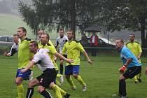 Fotbalové derby mezi Albrechticemi (v bílém) a Stonavou dopadlo nerozhodně.