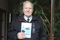 Bývalý karvinský soudce Igor Gabler sepsal knihu vzpomínek na svá námořnická léta. Vzpomínky mořem vonící se již brzy dočkají dokonce druhého vydání, když první náklad je již takřka rozebrán.