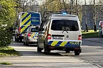 Policejní vozy a policisté prohledávali v neděli okolí Kauflandu a přilehlého lesoparku Dubina v souvislosti s nahlášenou rvačkou mládeže.