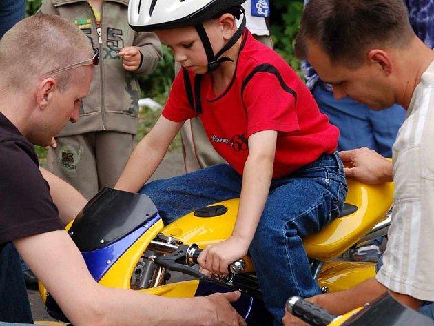 Den dětí s minibiky.