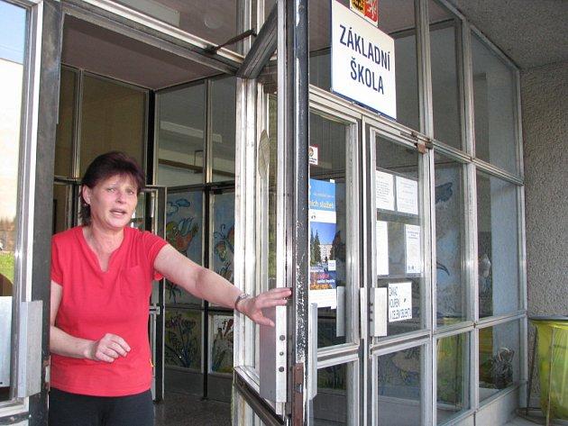 Vstup do ZŠ Fr. Hrubína hlídá po celou dobu vyučování zaměstnankyně školy.