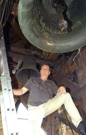 Jan Tralich pod zvony na věži vDolní Lutyni, kde instaloval zvonkohru.