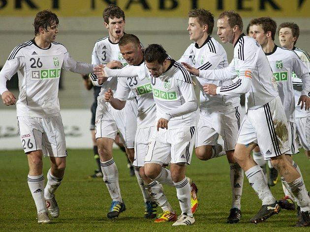 Admir Vladavič (čtvrtý zleva) v klubku karvinských spoluhráčů. Ve Zlíně dal vítězný gól.