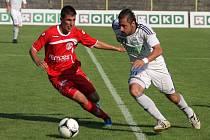 Karvinští fotbalisté (v bílém) porazili na úvod II. ligy Pardubice 1:0.