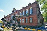 Čištění fasády radnice v Bohumíně.