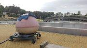 Letní koupaliště v Havířově před začátkem sezony. Připravena je také koule pro vlnobití.