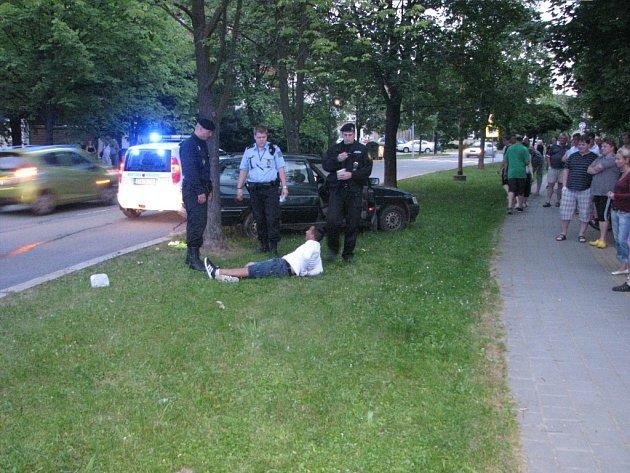 Zadržení řidiče, který havaroval při ujíždění autohlídce městské policie.