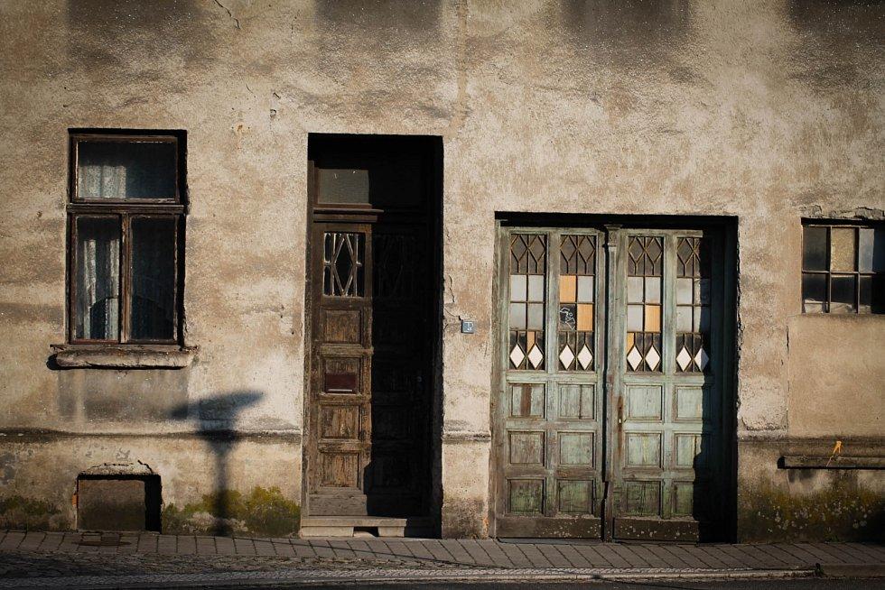 Hádanka č. 23: Dveře do jednoho z domů na ulici Mlýnská (vedle redakce Karvinského deníku).