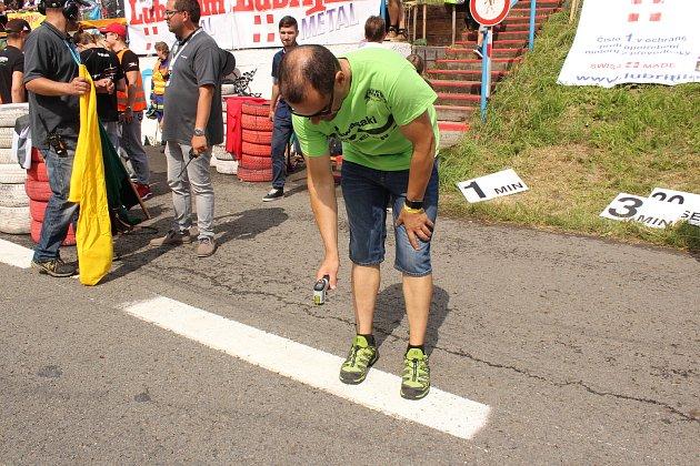 Havířovský zlatý kahanec 2017na Těrlickém okruhu 2017.Horst Saiger neponechává nic náhodě. Před závodem měřil teplotu asfaltu.