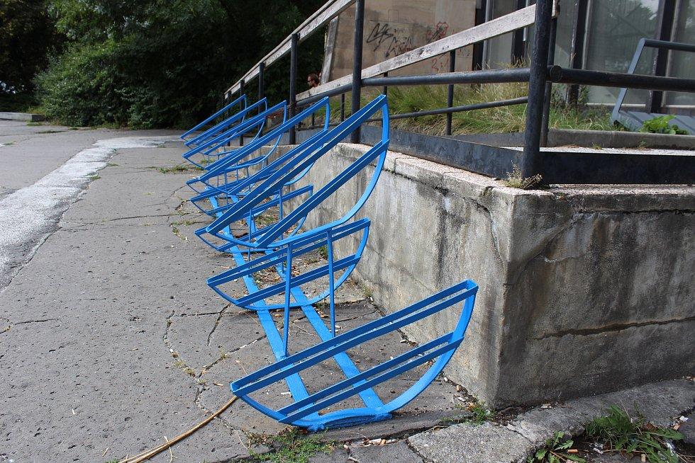 Modrou kovovou konstrukci položenou před havířovským vlakovým nádražím někteří lidé považují za stojan na kola.