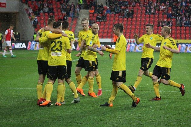 Karvinští fotbalisté (ve žlutém) bojovali vEdenu srdnatě, ale padli.