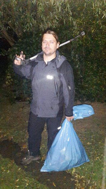 Civilním povoláním psycholog Martin Špaldoň chodí ve volném čase uklízet odpad, například do lesů vokolí města.