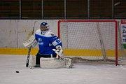 Orlovští hokejisté (v modrém) dotáhli zápas s Kopřivnicí do prodloužení.