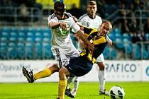 Karvinští fotbalisté (v bílém) získali v Opavě bod.