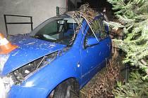Osobní automobil po havárii do domu.