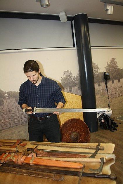 Zbraně od pravěku po raný středověk byly předmětem sobotních přednášek a výstavky vArcheoparku Chotěbuz.