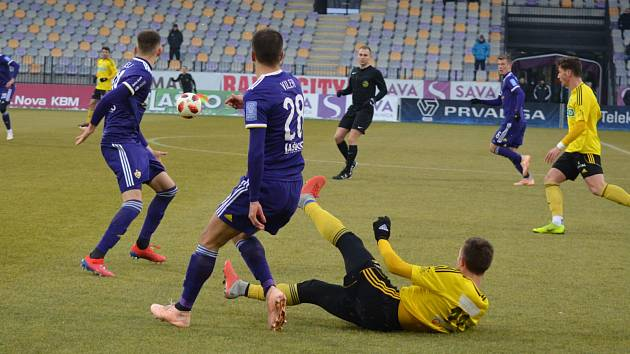 Karvinští (ve žlutém) remizovali s Mariborem bez branek.