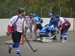 Karvinští hokejbalisté (v bílém) si poradili s Berounem až po nájezdech.
