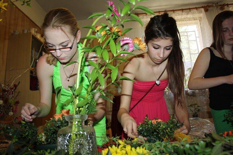 Školačky a seniorky soutěžily v aranžování květů.