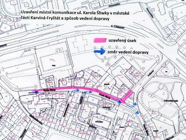 Růžovou barvou je znázorněn uzavřený úsek, modrou směr provozu.