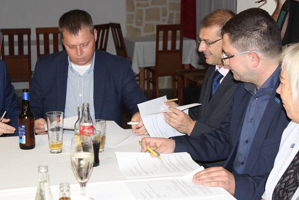 Podpis koaliční smlouvy mezi ANO, ČSSD, KDU-ČSL a STAN a Hnutím pro Havířov 11. 10. 2018.