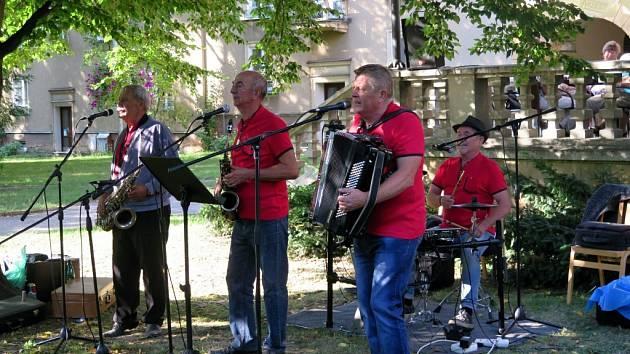 Promenádní koncert slovenské lidové kapely Veselí starci.