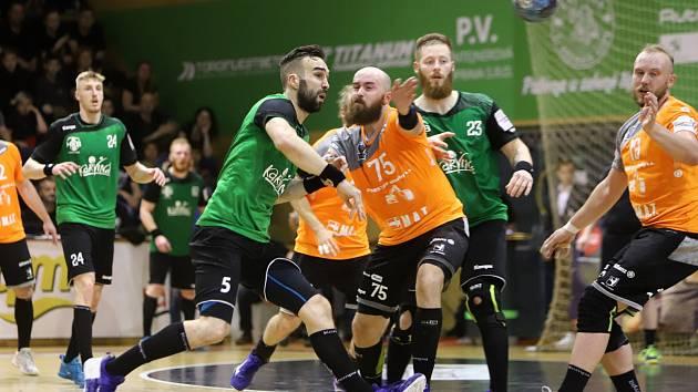 Marek Monczka (vlevo) a spol. nedotáhli utkání do oslav titulu a musí v neděli do Plzně.