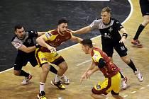 Házenkáři Karviné (v černém) prohráli v semifinále domácího poháru s Duklou.