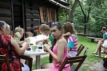 Děti si vyzkoušely malování bludovické keramiky.